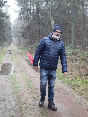Der dauerhaft hinkende Professor mit dem roten Schirm